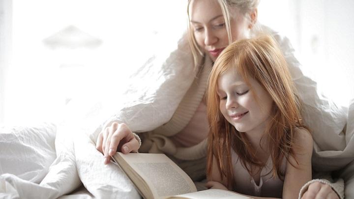 madre-e-hija-leyendo-un-libro