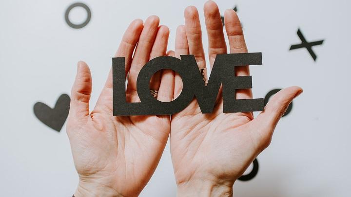 manos-unidas-por-la-palabra-amor