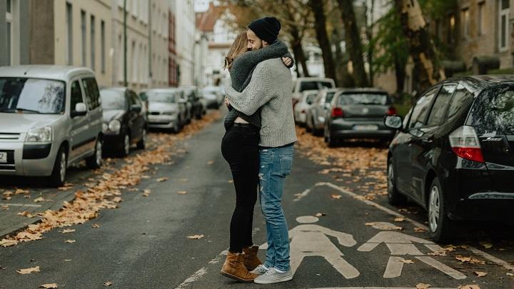 pareja-se-abraza-en-la-calle