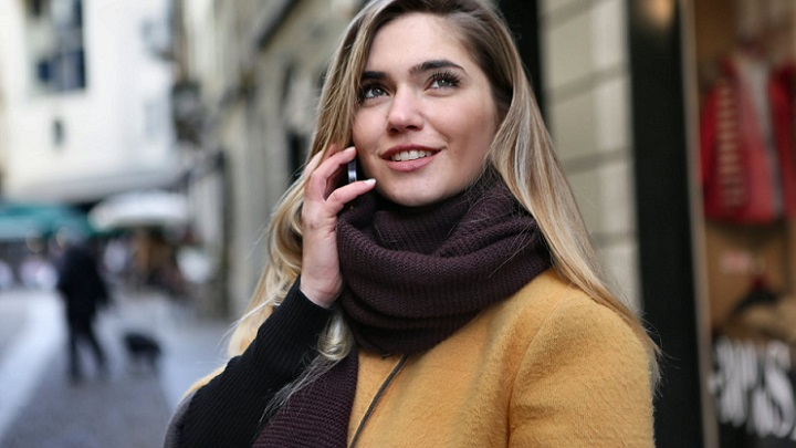 chica-joven-habla-por-telefono