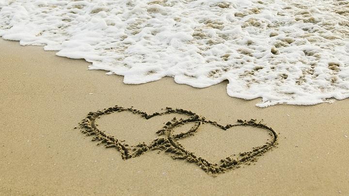 corazones-en-la-arena-de-la-playa