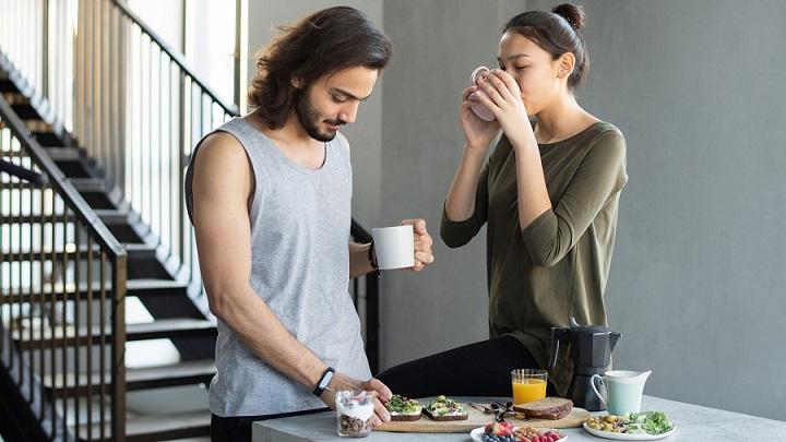 pareja-en-el-desayuno