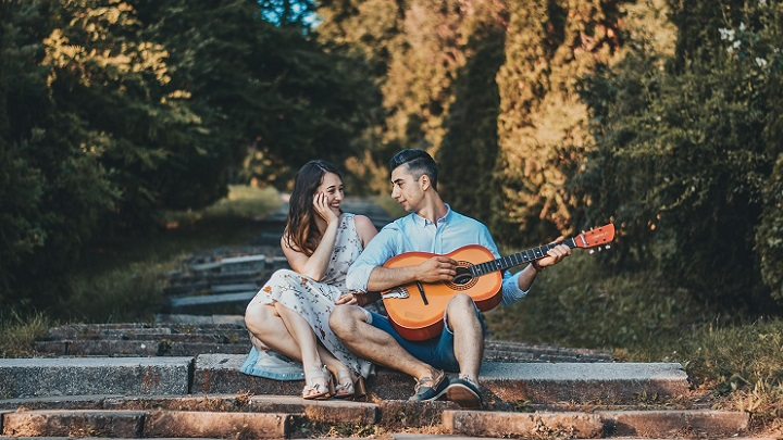 pareja-escuchando-la-guitarra