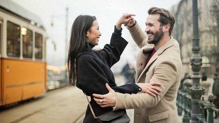 pareja-feliz-en-la-calle
