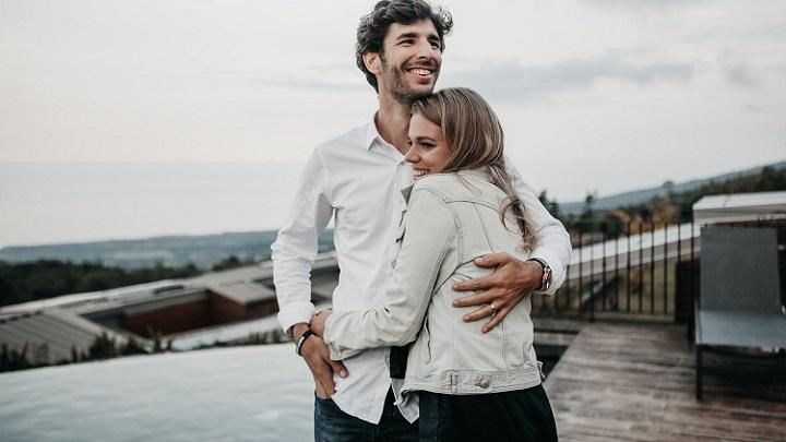 pareja-joven-y-feliz