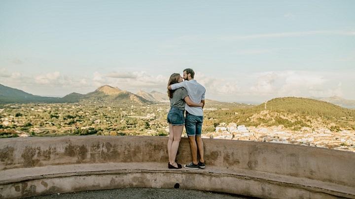pareja-observa-el-horizonte