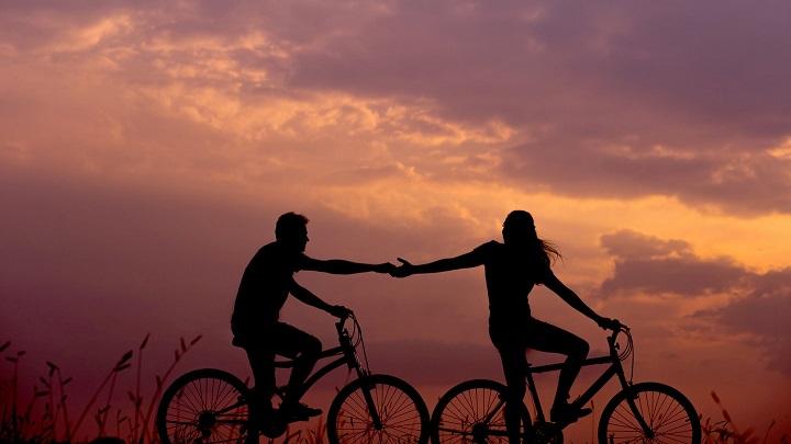 pareja-pasea-en-bicicleta