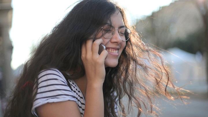 chica-hablando-por-telefono