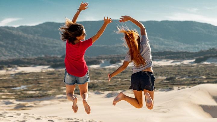 dos-amigas-en-la-playa