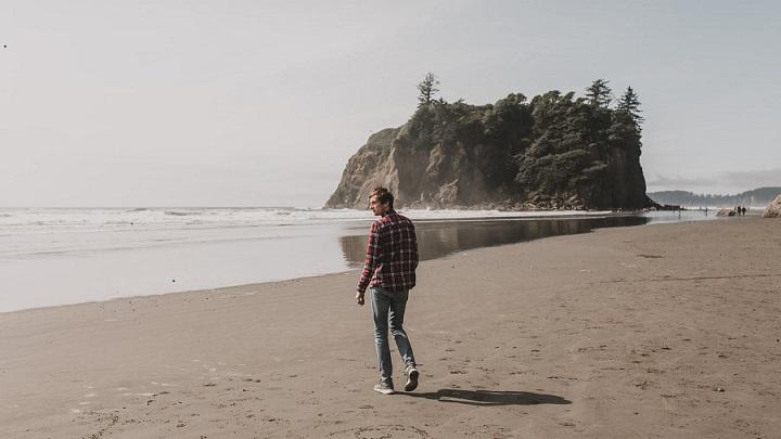 hombre-en-la-playa