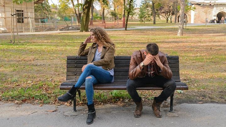 pareja-distanciada-en-un-banco