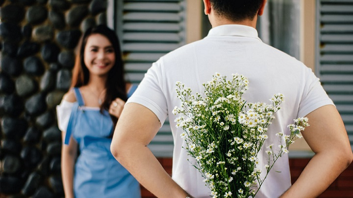 chico-regala-flores-a-su-novia