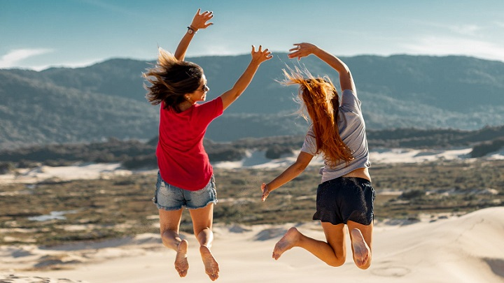 dos-chicas-en-la-playa