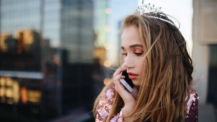 joven-habla-con-alguien-por-telefono