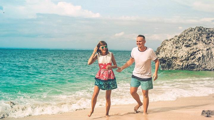 pareja-camina-en-la-playa