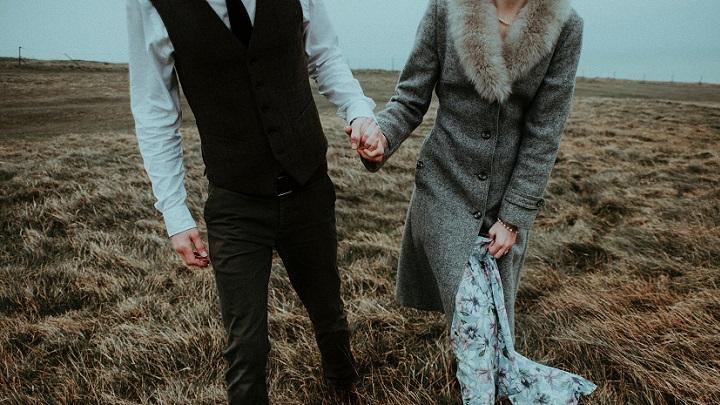 pareja-camina-unida