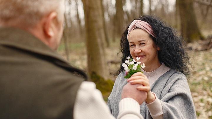 pareja-con-ramo-de-flores