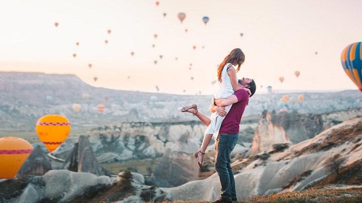 pareja-en-paisaje-romantico