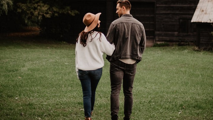 pareja-pasea-en-el-campo