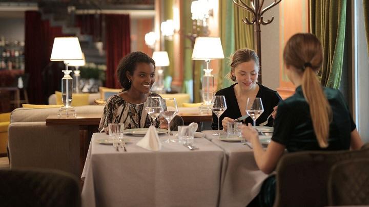 amigas-cenan-en-restaurante
