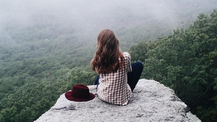 chica-observa-la-inmensidad-del-paisaje
