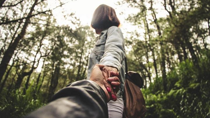imagen-de-pareja-en-bosque