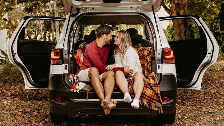 pareja-en-coche