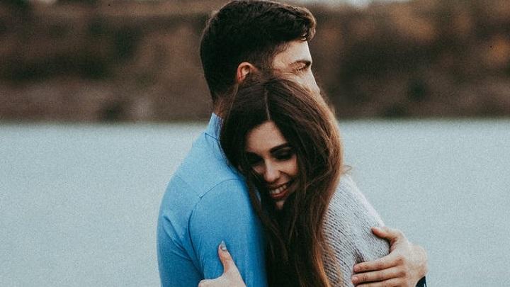 pareja-joven-abrazada