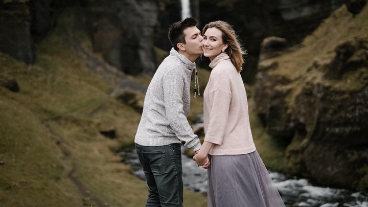 pareja-joven-junto-a-espectacular-paisaje