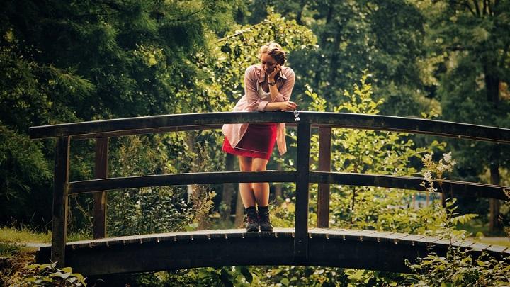 chica-sobre-el-puente
