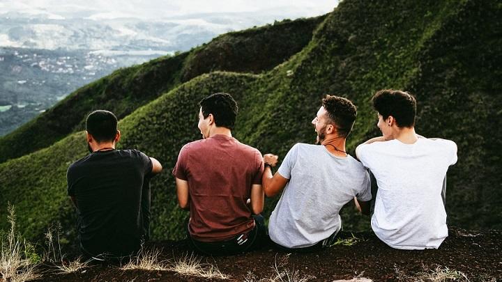 cuatro-amigos-observan-el-paisaje