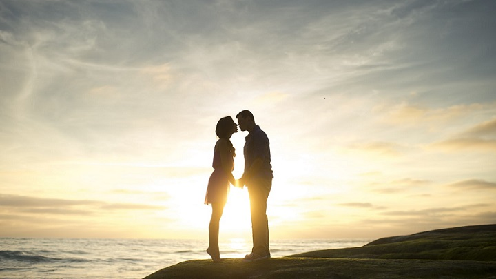 imagen-romantica-de-pareja-al-atardecer