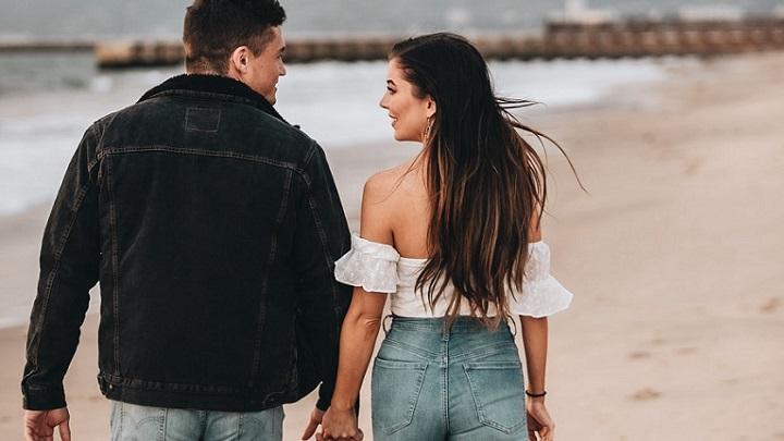 pareja-joven-en-la-playa
