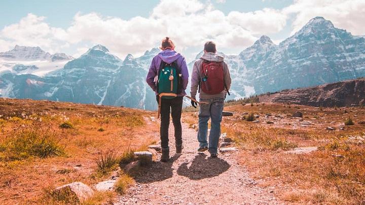amigos-pasean-en-la-montana
