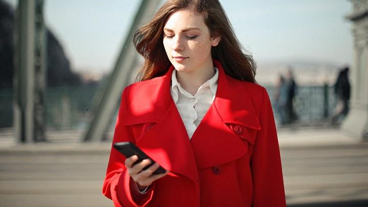 chica-con-abrigo-rojo
