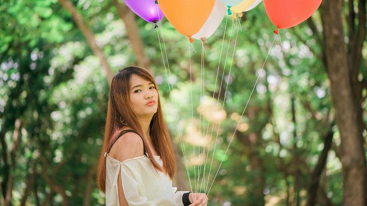 chica-con-globos-de-colores
