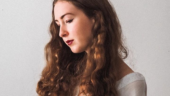 joven-de-cabello-largo-y-rizado