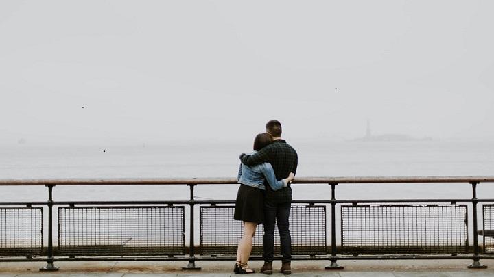pareja-abrazada-en-dia-de-invierno