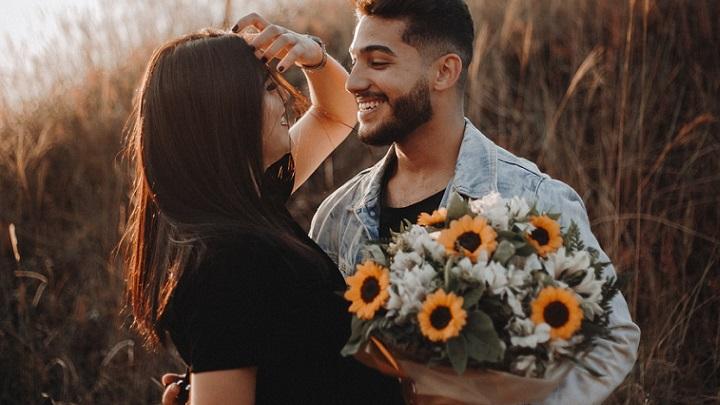 pareja-con-un-ramo-de-flores