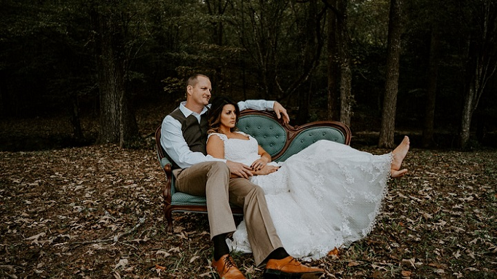 pareja-sentada-en-un-sofa