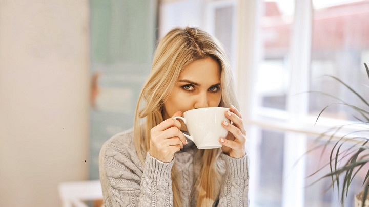 chica-toma-una-taza-de-cafe