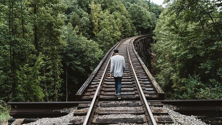 chico-camina-por-la-via-del-tren