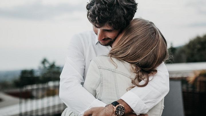 jovenes-abrazados