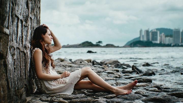 mujer-contempla-el-mar