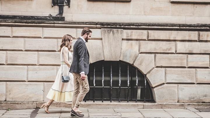 pareja-camina-por-la-calle