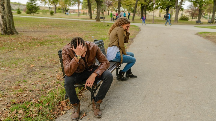 pareja-distanciada-en-el-parque