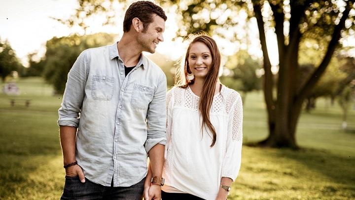 pareja-joven-en-el-parque