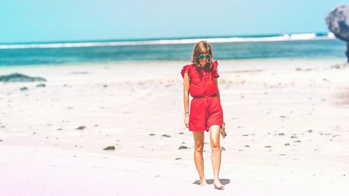 chica-camina-por-la-arena-de-la-playa
