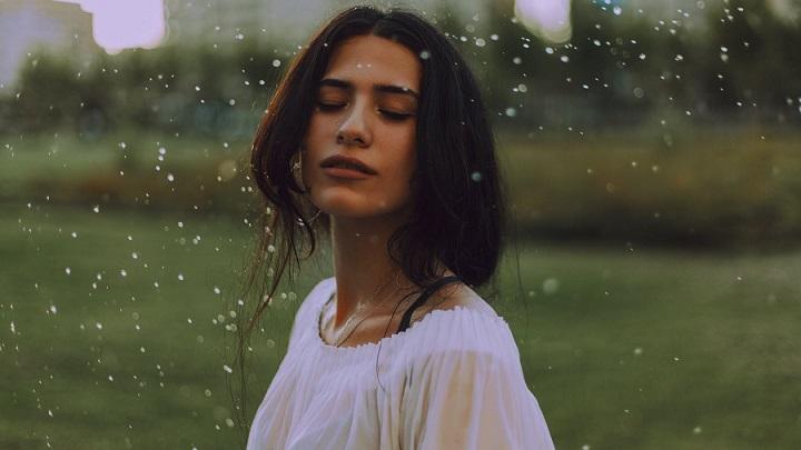 chica-en-dia-de-lluvia
