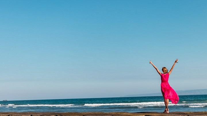 chica-vestida-de-rojo-en-la-playa